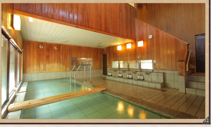 外観は京風の和造りで、内装はひと昔のレトロ・アンティークな雰囲気に包まれている温泉旅館です。