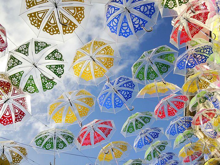期間限定!カラフルな傘の絶景が見れる街「アゲダ」が美しすぎる