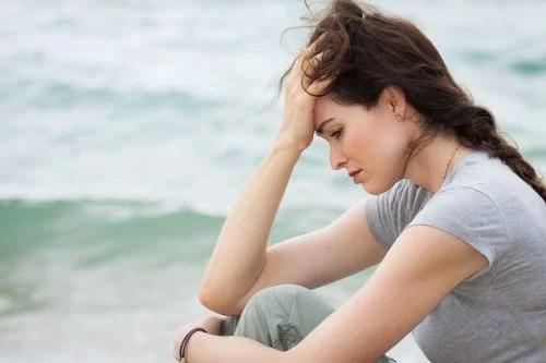 mulher nervosa e ansiosa