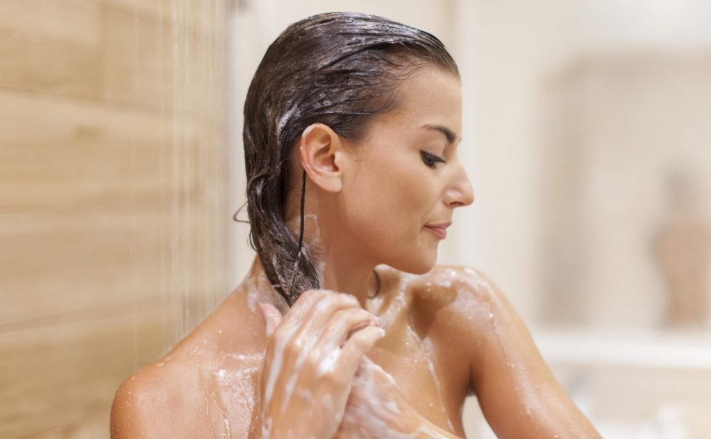 femme-shampoing-douche-1-1200x742