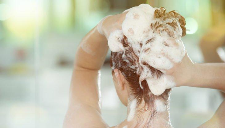 chica lavando su cabello