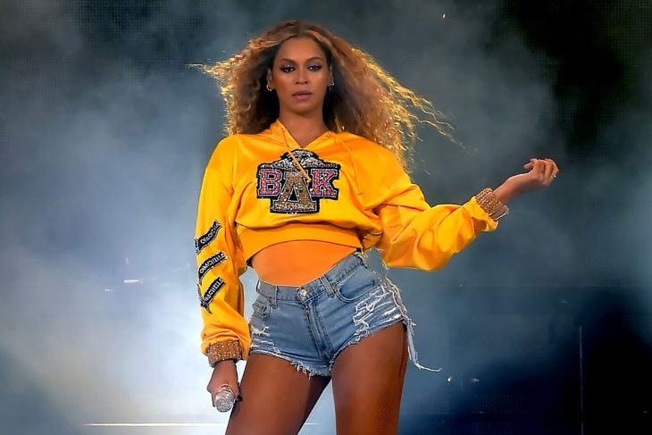Las raras exigencias de los famosos; Beyoncé con sudadera amarilla en concierto