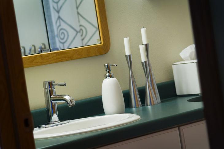 Organiza el baño para que sea más fácil mantenerlo limpio.