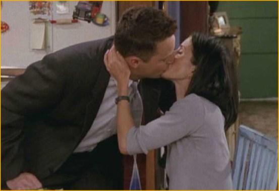 Resultado de imagen de beso chandler y monica