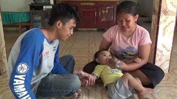 No tenían plata para comprar leche y alimentaron a su beba con ...