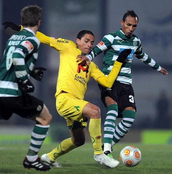 Sporting's Liedson Muniz (R) vies with P