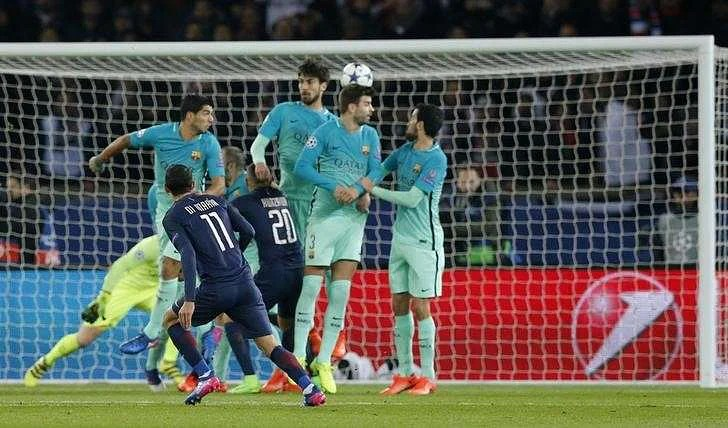Di Maria with a free kick, Up and Over the Wall. 1-0 to PSG