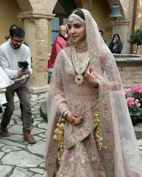 Anushka Sharma's WEDDING DRESS: Meet The UNCONVENTIONAL ...