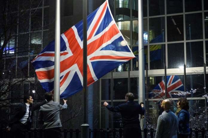 Arrían la bandera del Reino Unido del Parlamento Europeo en Bruselas