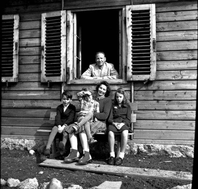 """& # 13;  """"Alemán eficiente"""": Otto von Wächter con su familia en Austria durante el verano de 1948 & # 13;"""