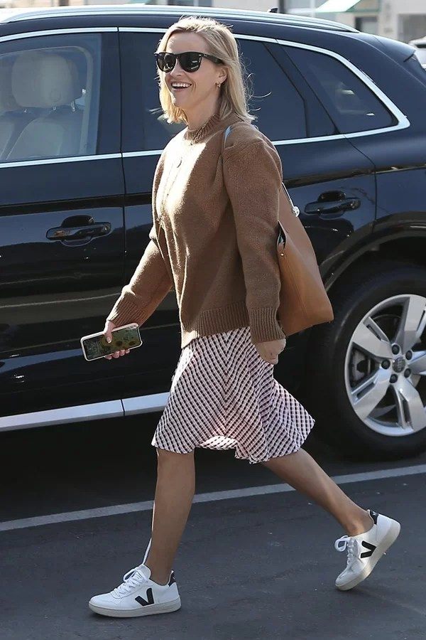 Reese Witherspoon - meghan markle - tênis tendência - vert - street style - https://stealthelook.com.br