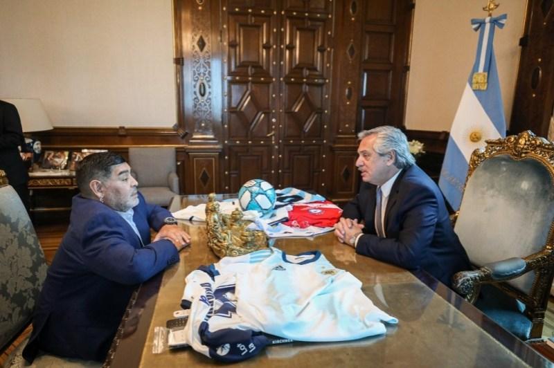 Maradona saluda desde balcón de Casa Rosada tras ser recibido por Presidente Alberto Fernández
