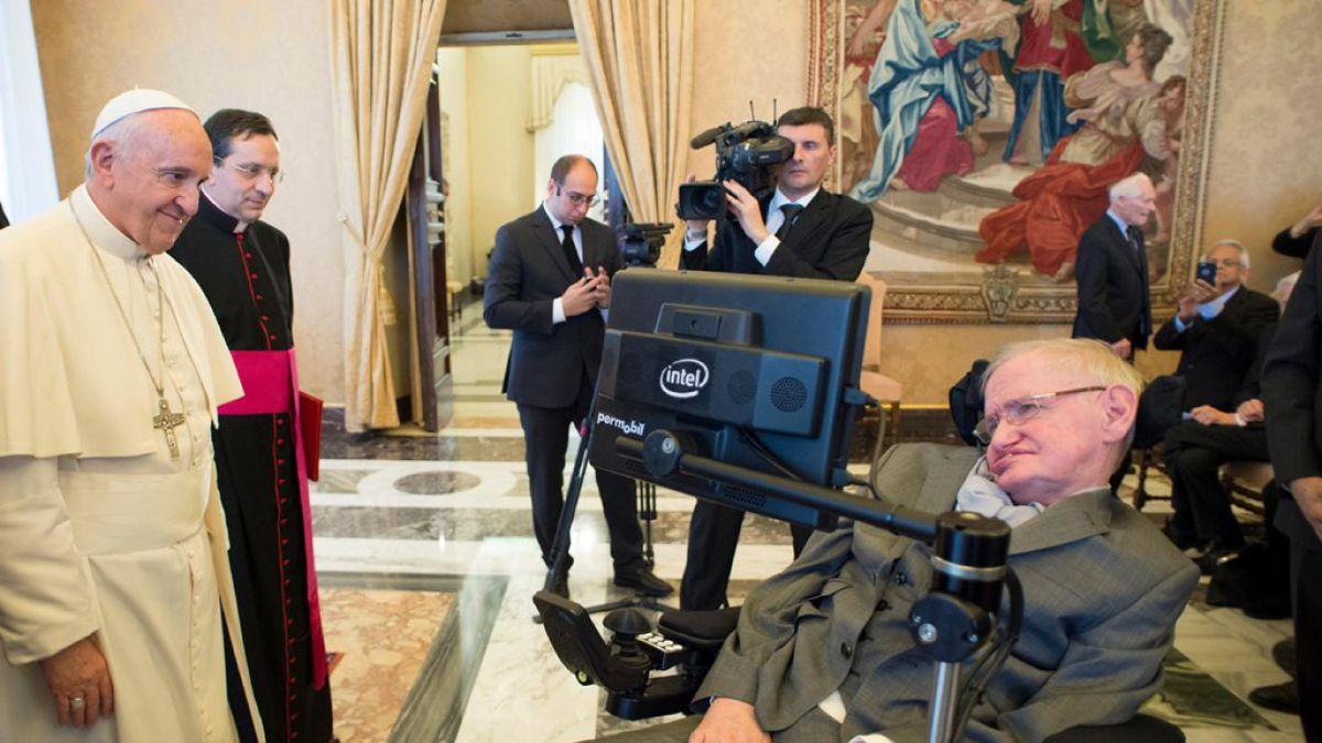 Stephen Hawking conoce al Papa Francisco en el Vaticano