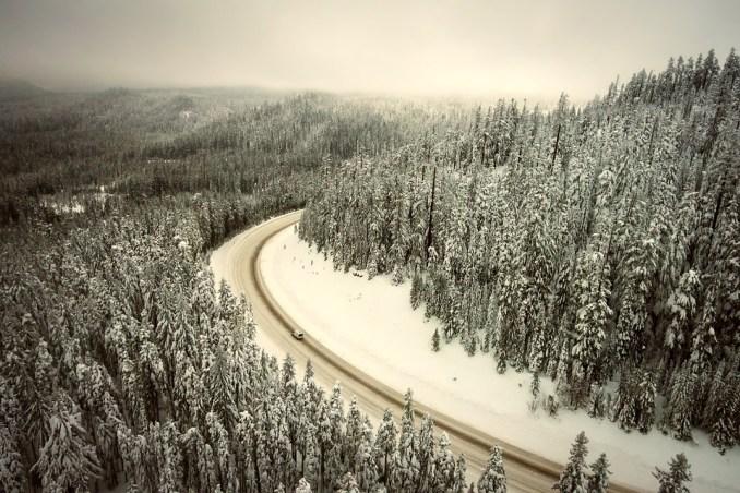 <strong>Importantes chutes de neige ce week end sur les Pyrénées. Météo France annonce une couche supplémentaire de 70 cm à 1 mètre à 1500 mètres d'altitude. Le risque avalanche est à son maximum et tous les départements des Pyrénées sont placés en alerte. </strong>  Le nouvel épisode neigeux qui a démarré ce dimanche va rapidement s'intensifier. Il neigera jusqu'à basse altitude et apportera au cours des prochaines 24 heures de la neige en grandes quantités en montagne : 70 cm à 1 m à partir de 1500 m d'altitude sur les deux tiers ouest de la chaîne, moins ailleurs. Ces nouvelles chutes de neige, très abondantes, viennent s'ajouter à la neige récemment tombée et encore peu stabilisée. De plus, le fort vent de nord qui soufflera créera de très grosses accumulations.  En conséquence, <strong>de nombreuses avalanches de neige récente se produiront spontanément, certaines de gros volume</strong>. Elles pourraient toucher des voies de communications, des bâtiments ou des infrastructures de montagne. Le pic d'activité attendu se situe durant la matinée du lundi 16.