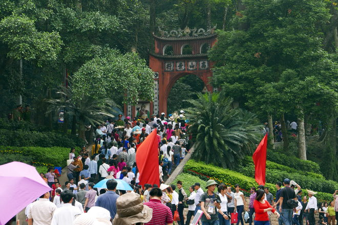 People at a gate of the Hung temples complex on a mountain in Phu Tho Province. Photo credit: VnExpress