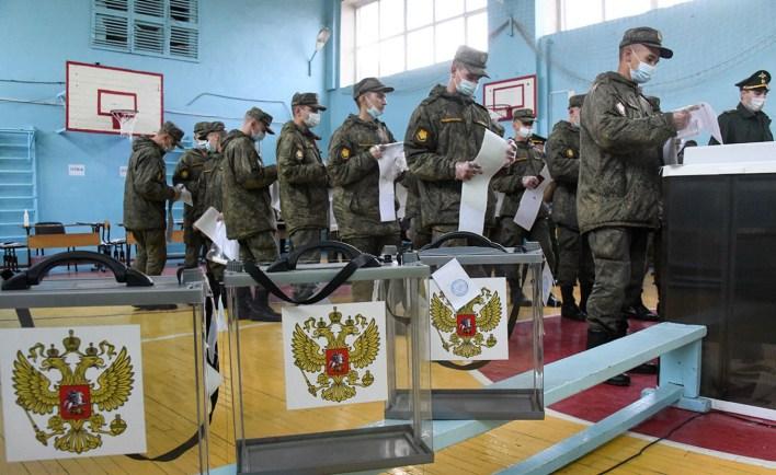 Servicemen vote in the 2021 Russian parliamentary election in the village of Peschanka, Transbaikal Territory. Yevgeny Yepanchintsev / TASS