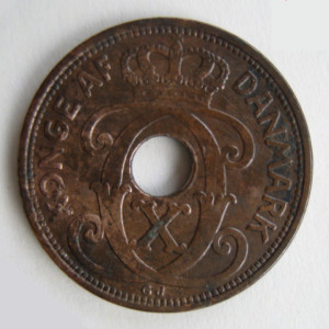 1927 Danish 2 ORE coin obverse edited medium