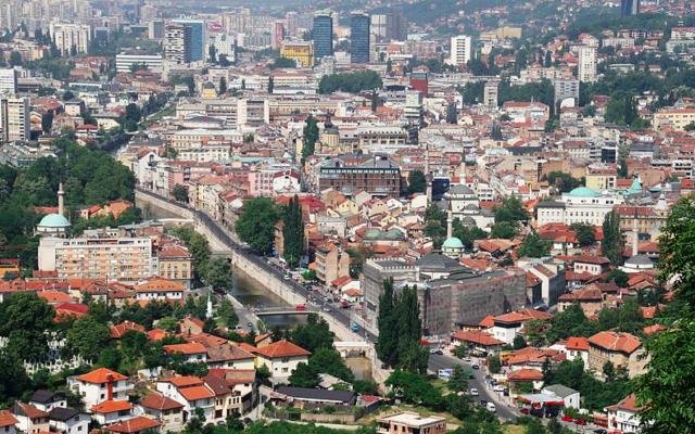Vue sur la ville de Sarajevo (Crédit : Bjoertvedt/CC BY SA 3.0)
