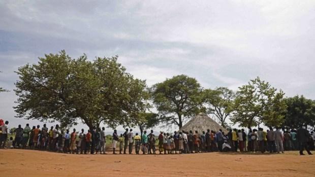 Des réfugiés qui viennent tout juste d'arriver au sud-Soudan attendent de s'inscrire à Ngomoromo, sur la frontière avec l'Ouganda, pour être transférés dans un centre de relocalisation, le 11 avril 2017 (Crédit : AFP Photo/Isaac Kasamani)