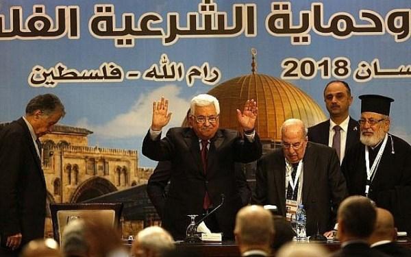 Le président palestinien Mahmud Abbas, à gauche, durant une rencontre du conseil national palestinien à Ramallah, le 30 avril 2018 (Crédit : AFP PHOTO / ABBAS MOMANI)