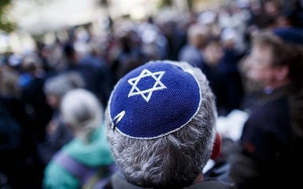 """Un participant porte une kippa lors d'un rassemblement """"Berlin porte la kippa"""" pour protester contre l'antisémitisme devant le centre communautaire juif le 25 avril 2018 à Berlin, en Allemagne. (Carsten Koall/Getty Images via JTA)"""