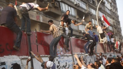 egyptian protesters assault israeli embassy