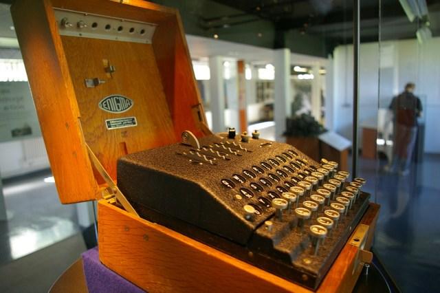 Uma máquina Enigma em exibição no Bletchley Park.  (crédito da foto: CC BY SA Flickr / Tim Gage)