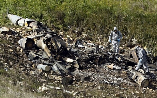 A picture taken in the northern Israeli Kibbutz of Harduf on February 10, 2018, shows the remains of an Israeli F-16 that crashed after coming under fire by Syrian air defenses (AFP PHOTO / Jack GUEZ)