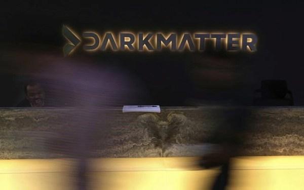 Na tym zdjęciu z 30 stycznia 2018 r., Zrobionym z długim czasem ekspozycji, pracownicy wchodzą do biur firmy cyberbezpieczeństwa DarkMatter w Abu Zabi w Zjednoczonych Emiratach Arabskich. DarkMatter, rosnąca firma zajmująca się cyberbezpieczeństwem, która rekrutuje zachodnich analityków wywiadu, powoli wychodzi z cienia wśród obaw aktywistów o jej siłę. (AP Photo / Jon Gambrell)