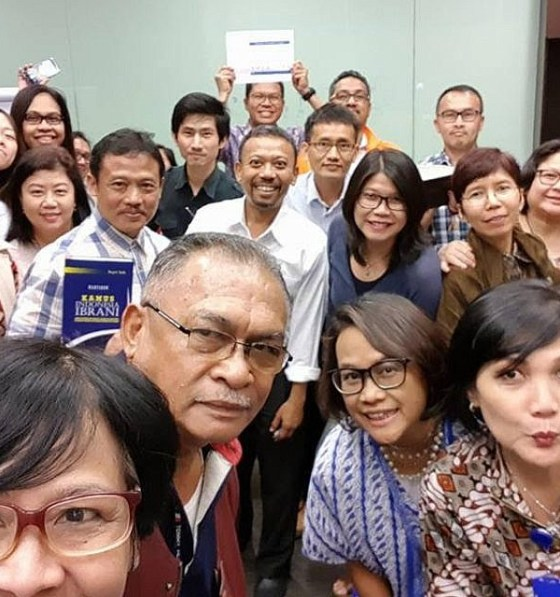 Hebrew teacher Sapri Sale (center, with white shirt) with his students in Jakarta, February 2018 (Conny Dwirani)