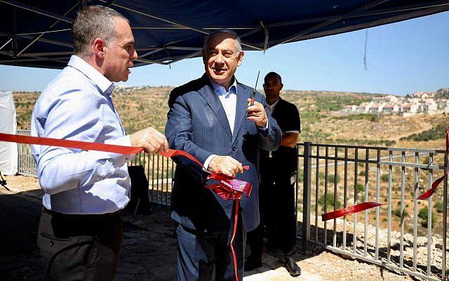 Premier Benjamin Netanyahu inauguruje nową promenadę w osadzie Efrat na Zachodnim Brzegu, 31 lipca 2019 r., Obok Efrata Burmistrza Odeda Revevi. (Igur Osdetchi)