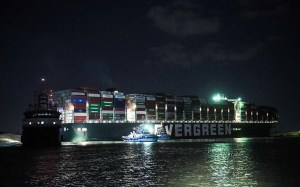 Egypt cannot say when Suez will open as the ship remains separated;  tubs, plow on the way