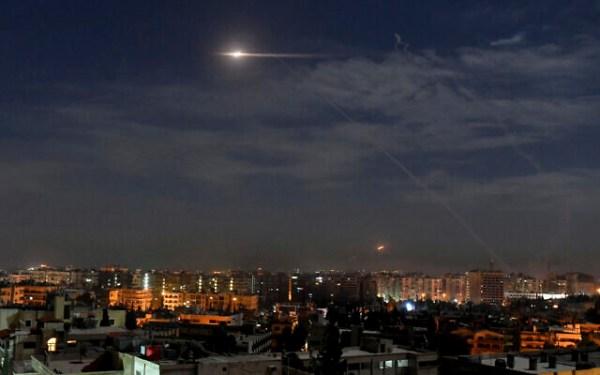 Illustration : sur cette photo publiée par l'agence de presse officielle syrienne SANA, montre des missiles volant dans le ciel près de l'aéroport international, à Damas, en Syrie, le 21 janvier 2019. (SANA via AP)