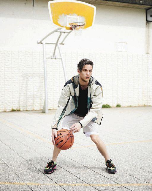 バスケットボールを操る「リアム・ニクロ」