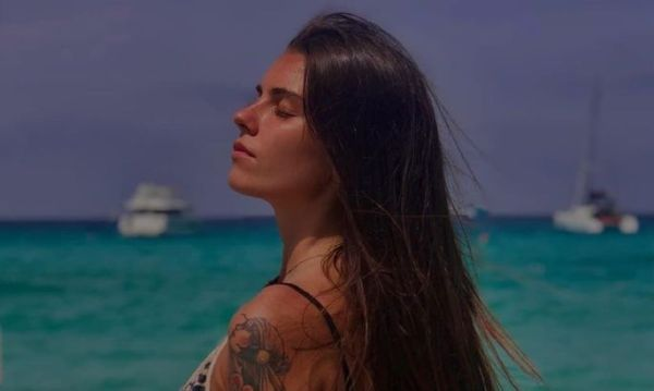 Яркая девушка молодой итальянской звезды, которая готова ...