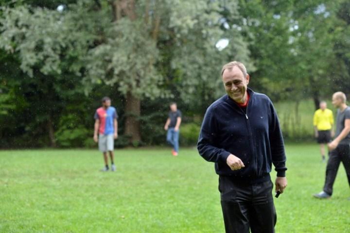 Auch bei Regen gut gelaunt: Andreas Köster als Schiedsrichter auf dem Feld. Bild: Lena Reiner