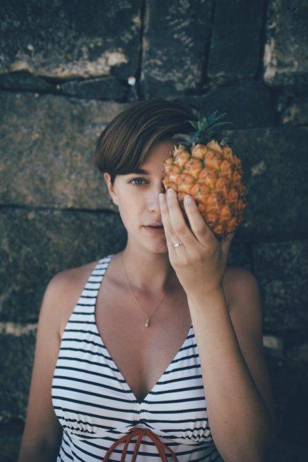 Mia mit Ananas