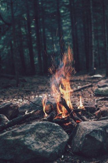 Ein Feuer wärmt und hält wilde Tiere fern.