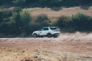 Land Rover Discovery am Staub aufwirbeln