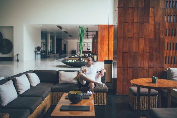 Nino Halm Entspannter Bananen-Snack in der Lobby Anantara Chiang Mai