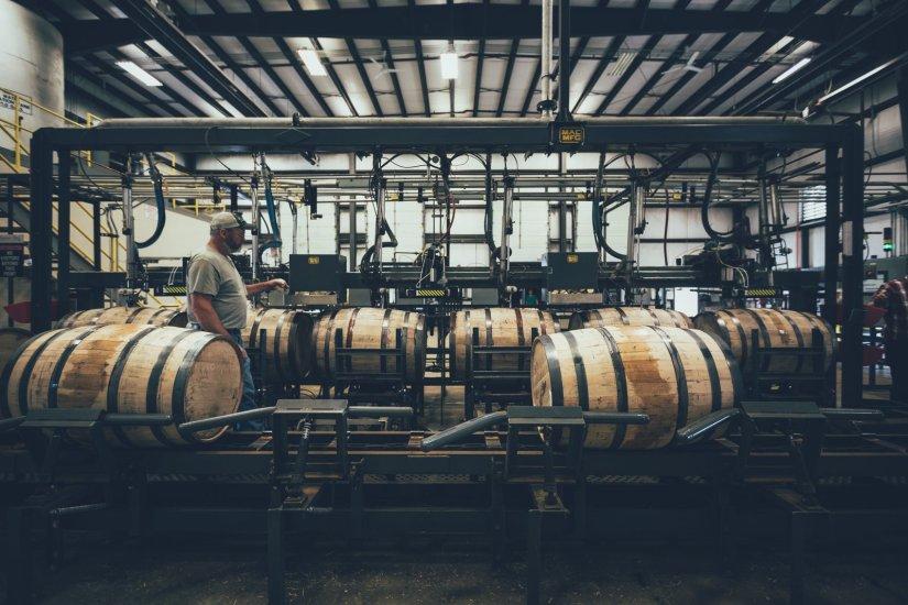 Abfüllung des frischen Destillates in Eichenfässer. Nun beginnt die Reife