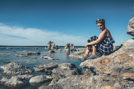 """Mia klettert und relaxt im Raukgebiet auf Fårö. Sicheres Klettern gelingt hier mit den """"Terradora"""" Wanderschuhen von Keen!"""