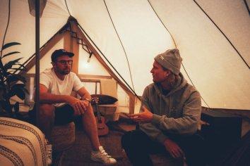 Thies und Love im Zelt der Surflogiet Gotland