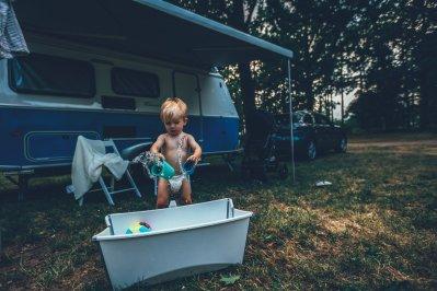 Neon genießt das Spielen vor seiner Outdoor Badewanne