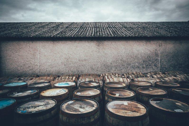 Bourbon Barrels vor den Warehouses