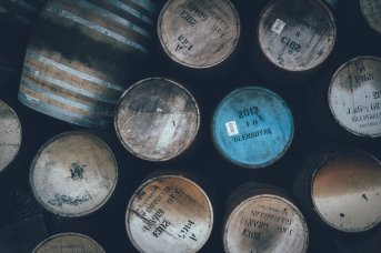 Casks vor den Warehouses