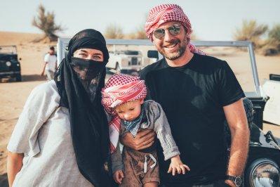 Unsere Familie mit den traditionellen Kopfbedeckungen bei der Dubai Wüstentour