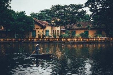 Hồ Chí Minh Wohnhaus im Hintergrund