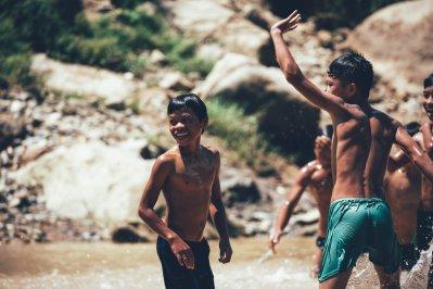 Kinder beim Bad im roten Fluss