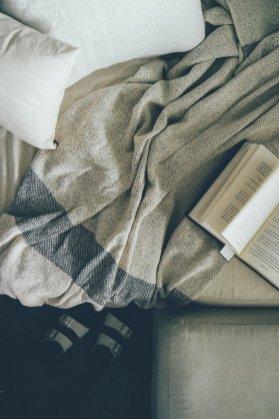 Textilien in schlichten Farben